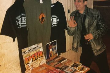 Kossi presenting  #merchandise of   #rubydeeandthesnakehandlers !  #mrtwist  #ro